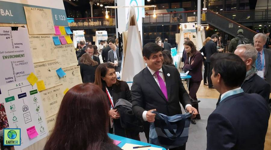 Costa Rican President Crlos Alvarado was impressed with the upcycled products made by Mumbai India Environmental NGO Earth5R