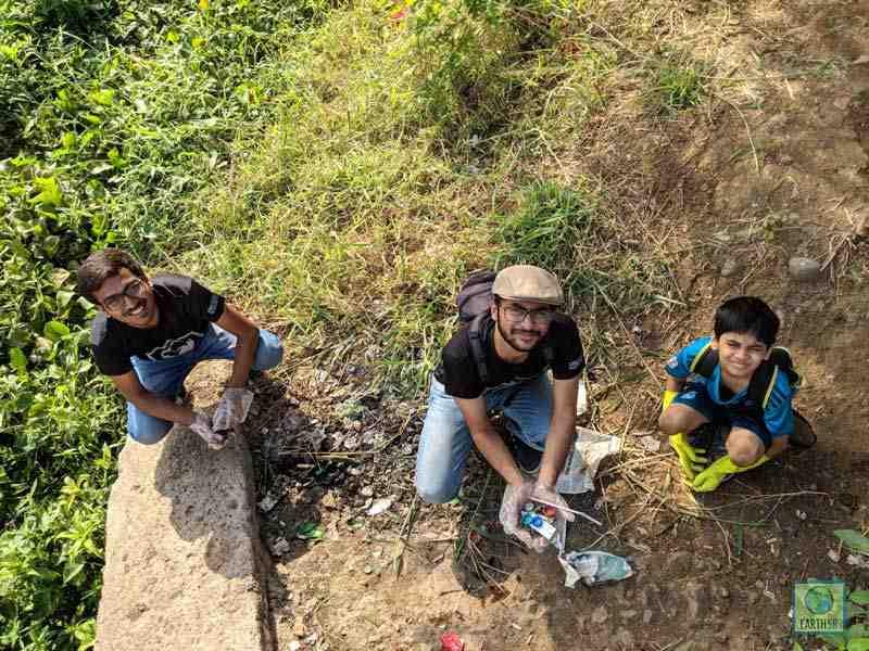 Ketul Patel Jahaan Gupta Ishit Patel Volunteer Cleanup Mumbai India Environmental NGO Earth5R