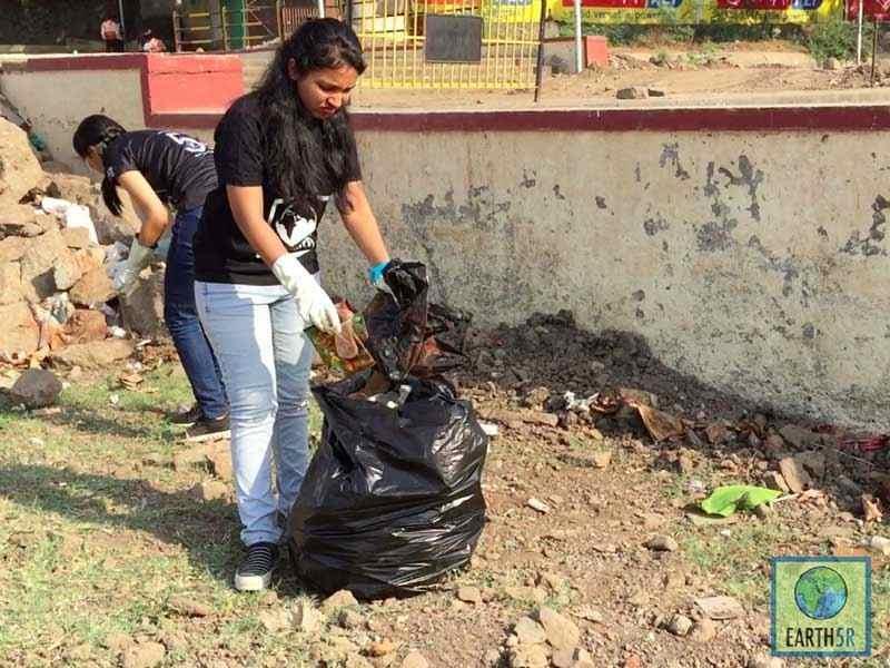 Shriyam Jalan Sonam Sengar Cleanup Volunteer Pune Mumbai Environmental Organisation Earth5R