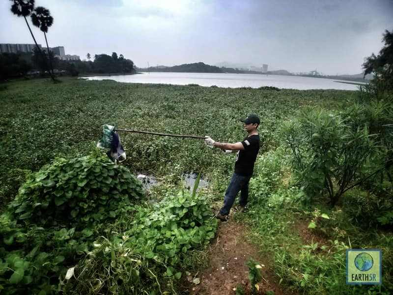 Waste collecting Volunteer Lake Cleanup Mumbai India Environmental NGO Earth5R